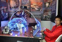 Подросток делает робот на олимпиаде робота Стоковое фото RF