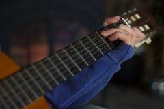 Подросток играя гитару Стоковое Изображение RF
