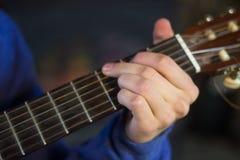 Подросток играя гитару Стоковая Фотография RF
