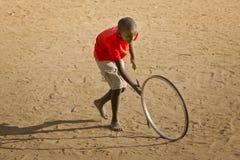 Подросток играя с колесом - ландшафтом Стоковые Фото