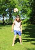 Подросток играя футбол - заголовок Стоковые Изображения RF