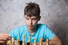 Подросток играя шахмат Стоковое фото RF