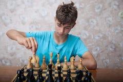 Подросток играя шахмат Стоковое Изображение RF
