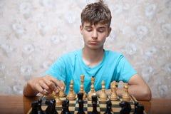 Подросток играя шахмат Стоковая Фотография RF