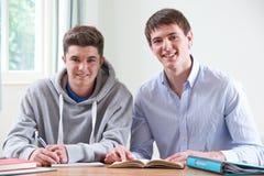 Подросток изучая с домашним гувернером Стоковые Фотографии RF