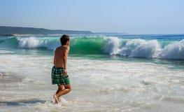 Подросток и волны стоковое изображение rf