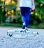 Подросток идя далеко от пивной бутылки Стоковые Фото