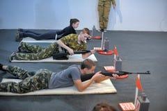 Подросток, который нужно состязаться в стрельбе винтовки Стоковое Изображение