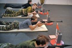Подросток, который нужно состязаться в стрельбе винтовки Стоковая Фотография