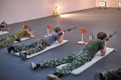Подросток, который нужно состязаться в стрельбе винтовки Стоковое Фото