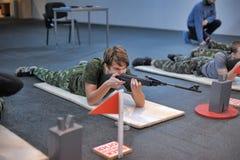 Подросток, который нужно состязаться в стрельбе винтовки Стоковые Фото