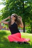 Подросток красоты ослабляя в парке лета Стоковое Изображение