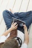 Подросток красоты с ПК таблетки стоковые изображения rf