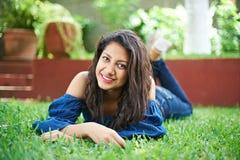 Подросток кладя на траву Стоковая Фотография