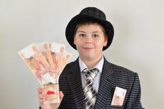 Подросток мальчика с мышеловкой в руках  стоковые фотографии rf