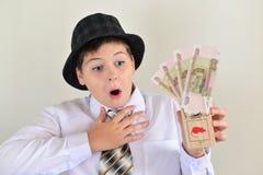 Подросток мальчика с мышеловкой в руках  стоковая фотография