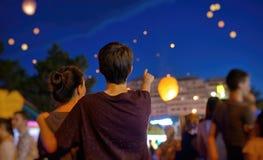 Подросток наблюдая бумажные фонарики летания Стоковые Фото