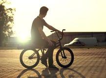 Подросток на велосипеде стоковые изображения