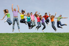 подросток подростков разнообразной группы скача Стоковое Изображение
