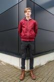 Подросток представляя перед черным зданием которое делает perspectiv Стоковое Изображение RF