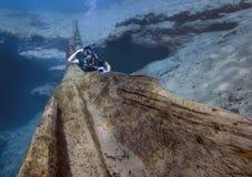 Подросток представляя Underwater - весны Morrison Стоковые Фото