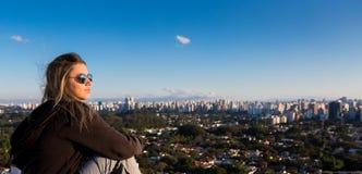 Подросток сидя на верхней части Стоковые Фотографии RF
