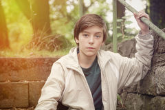 Подросток сидя на лестницах с светлой утечкой Стоковая Фотография
