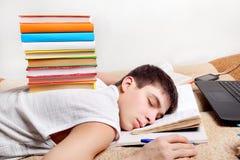 Подросток спит на книгах Стоковое Изображение