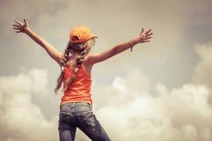 Подросток стоя на верхней части горы стоковое фото