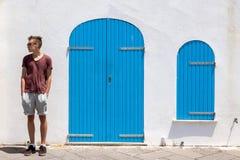 Подросток стоя ослабленный стоковое фото rf