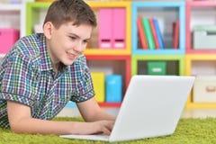Подросток с компьтер-книжкой Стоковые Изображения RF