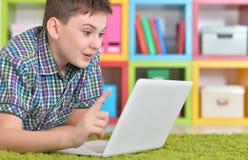 Подросток с компьтер-книжкой Стоковые Изображения