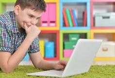 Подросток с компьтер-книжкой Стоковые Фотографии RF