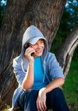Подросток с мобильным телефоном стоковая фотография