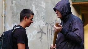 Подросток с рюкзаком против агрессивного человека видеоматериал