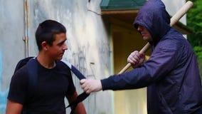 Подросток с рюкзаком против агрессивного человека сток-видео