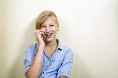 Подросток с телефоном Стоковые Фотографии RF