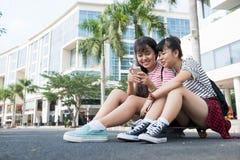 Подросток с smartphone Стоковая Фотография RF