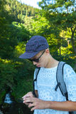 Подросток с smartphone стоковые фотографии rf