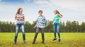 Подросток танцуя в луге