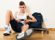Подросток хороня в мобильном телефоне Стоковые Фотографии RF