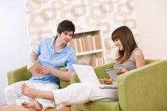 подросток 2 студента чтения книги домашний Стоковые Фото