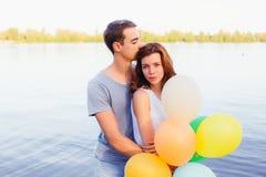 подруга красивая его целуя детеныши человека Стоковое фото RF