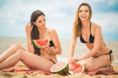 Подруга 2 отдыхая на пляже лета Стоковая Фотография