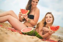 Подруга 2 отдыхая на пляже лета Стоковое фото RF
