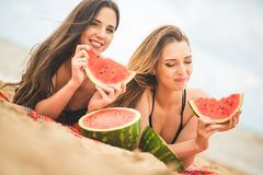 Подруга 2 отдыхая на пляже лета Стоковые Изображения RF