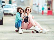 Подруги битника принимая selfie в городском городе Стоковое фото RF