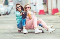 Подруги битника принимая selfie в городском городе Стоковые Изображения