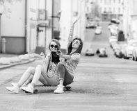 Подруги битника принимая selfie в городском городе Стоковое Изображение