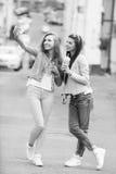 Подруги битника принимая selfie в городском городе Стоковая Фотография
